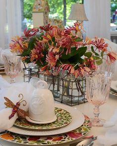 """426 curtidas, 3 comentários - @recebercomcharme no Instagram: """"Que graça de mesa posta com as redomas de louça da """"Between Naps on the Porch"""". O arranjo floral…"""""""