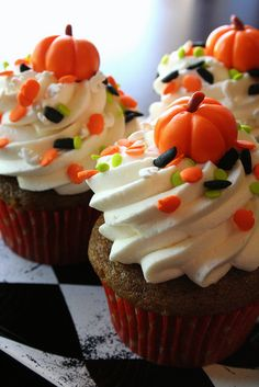Pumpkin spice cupcakes topped with whipped cream cheese frosting, Halloween sprinkles, and a marshmallow fondant pumpkin! Shared by SPCN. Halloween Desserts, Fall Desserts, Halloween Cupcakes Decoration, Halloween Treats, Halloween Party, Mini Cakes, Cupcake Cakes, Cup Cakes, Holiday Treats