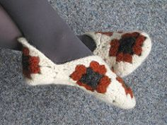 This is my interpretation and description of the granny slipper, warm and a little fuzzy, fast and easy to make.