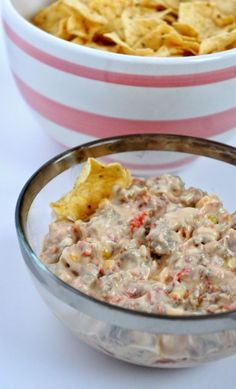 A Chip Dip You Must Make: Cowboy Crack - Living in Yellow Appetizer Dips, Yummy Appetizers, Appetizer Recipes, Snack Recipes, Sauce Pour Chips, Cowboy Crack, Cowboy Dip, Chip Dip Recipes, Chip Dips