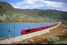 Expresstrain 601 crosses Hardangervidda mountain area on norwegian Bergen line. Between Tunga and Finse the train runs along lake Storurdi. Location Map, Photo Location, Beautiful Norway, Bergen, Trains, Dreams, French, Image, Stone
