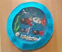Aquarium van papieren borden. De vissen zijn van stukjes stof gemaakt.