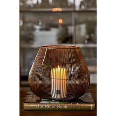 De Pure Hurricane L is gemaakt van ijzer, door de vele ijzeren stangen verspreidt de lantaarn een speels licht. Door de warme kleur van het ijzer is de lantaarn perfect om hem tijdens de koude, donkere dagen te gebruiken om gezellige sfeer in huis te halen.