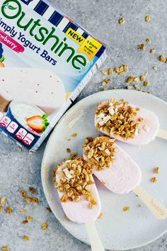 Strawberry Frozen Breakfast Yogurt Bars! Recipe is on JarOfLemons.com. Sponsored by @OutshineSnacks #SnackBrighter #ad