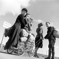 Margaret Bourke-White, Ein Paar zieht einen mit drei Kindern und  Proviant beladenen Handkarren, Deutschland, April 1945