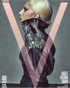 """Lady Gaga usa Alexander McQueen vintage na capa da edição 99 da """"V Magazine"""""""