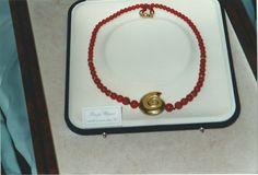 Collana di corallo e oro giallo. Coral and yellow gold necklace.     #jewelry #jewellery #anello #ring #diamond #pearl #handmade #handmadejewelry #gioielli #gioielliartigianali #fattoamano #gold #diamondpave #sapphire #sapphires #oro #orobianco #whitegold #珠宝 #钻石 #豪华 #redgold #ororosso #yellowgold #orogiallo #ذهب #الماس #الفاخرة