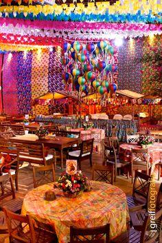 Nosso gênio preferido, ANTONIO NEVES DA ROCHA, que transforma nada em tudo, e faz as mais belas festas do planeta, se supera a cada dia, e a prova é esta super festa de São João, a caipira mais chic do mundo!  No picadeiro da Hípica do Rio de Janeiro, ele montou um cenário que nem o Debut Themes, Partying Hard, Paper Decorations, Holidays And Events, Decor Crafts, Party Themes, Balloons, Fashion Bubbles, St John's