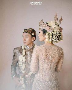 Javanese Wedding, Indonesian Wedding, Wedding Couple Poses, Wedding Couples, Foto Wedding, Dream Wedding, Wedding Jitters, Muslimah Wedding, Engagement Dresses