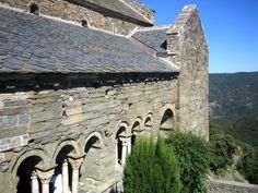 Einsam gelegen, erhebt sich die Abtei Saint Martin du Canigou auf einem Felsvorsprung in den französischen Pyrenäen. Mount Rushmore, Mountains, Building, Nature, Travel, Adventure Tours, Natural Wonders, Loneliness, France