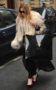 if i had as much fur as ashley olsen my life would be complete. Babić Kayla look how cute you are Ashley Olsen Style, Olsen Twins Style, Olsen Fashion, Fur Fashion, Mary Kate Ashley, Mary Kate Olsen, Olsen Sister, Wonder Twins, Glamour