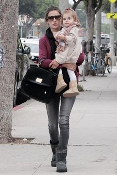 Alessandra Ambrosio Photos - Friday, October Alessandra Ambrosio carries her daughter Anja as she and her boyfriend Jaime Mazur walk down the street heading to Urth Cafe in Santa Monica for lunch. - Alessandra Ambrosio and Jaime Mazur Go to Urth Cafe Alessandra Ambrosio, Outfits Otoño, Winter Outfits, Casual Outfits, Woman Outfits, Baby Outfits, Sarah Jessica Parker, Diva Fashion, Womens Fashion