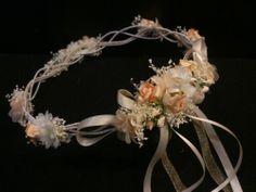 Corona alambrada modelo Edurne, en tonos marfil y salmón suave. Precio 73 €