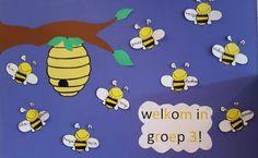 Voor op het prikbord of op het raam in groep 3 Toevoeging kan zijn: jij hoort erbij!  Staat bij mij op het andere prikbord ;) Snoopy, Character, Spring, Insects, First Grade, Lettering
