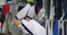 Reprezentant Włoch przewrócił się podczas celebracji gola • Leonardo Bonucci chciał przeskoczyć baner • Zobacz śmieszną cieszynkę >> #juventus #juve #football #soccer #sports #pilkanozna #funny