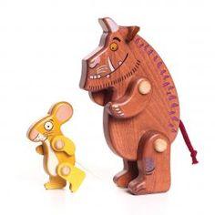 BAJO GRUFFALO I MYSZ FIGURKI najlepszy produkt na świecie. Drewaniane postacie misia i myszy polskiej firmy Bajo. Kolorowe zabawki poruszają łapkami tworząc zabawne pozy. Dodatkowo uszy misia wykonane są z filcu ,a ogonki obu zabawek z bawełnianego sznurka. Urocze postacie doskonale sprawdzą się podczas
