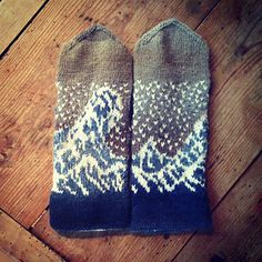 Ravelry: The Great Wave Mittens pattern by Natalia Moreva Mittens Pattern, Knit Mittens, Knitted Gloves, Knitting Socks, Hand Knitting, Knitting Designs, Knitting Projects, Knitting Patterns, Crochet Patterns
