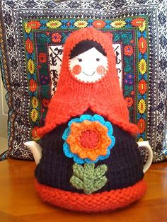 Matryoshka tea cosy www. Knitting Projects, Crochet Projects, Knitting Patterns, Scarf Patterns, Knitting Tutorials, Grannies Crochet, Crochet Potholders, Tea Cosy Pattern, Teapot Cover