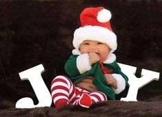 These 18 picture ideas for baby's first Christmas are so cute! If you're planning a baby photo shoot to celebrate, check this out! Toddler Christmas Pictures, Xmas Photos, Family Christmas Pictures, Babies First Christmas, Christmas Baby, Christmas Christmas, Xmas Pictures, Xmas Holidays, Simple Christmas