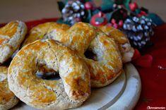 I roccocò morbidi sono uno dei dolci tipici napoletani del periodo natalizio. Sono delle ciambelle speziate, arricchite di mandorle, che si preparano in pochissimo tempo.