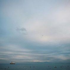 【regii18】さんのInstagramをピンしています。 《. . . 今回勤務で仕事終わり 明日の朝で仕事納めです . が . 元日に出勤するので年末年始感ありません 全人類元日はこたつで微動だにせず過ごしてください . . . #sea #beach #海 #seaside #oceanfront  #igersjapan #photooftheday  #hueart_life #reco_ig #icu_japan #ink_361 #pics_jp #team_jp #tokyocameraclub  #shootermag_japan #Far_EastPhotoGraphy #photos_japan #ふいるむ寫眞 #フィルムに恋してる #film #filmcamera #pentax67 #バケペン #pentax #カノプリ #pro400h #pentax6x7 #江ノ島 #enoshima》