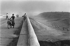 Raghu Rai - Inspiration from Masters of Photography Black White Photos, Black And White Photography, Classic Photographers, Photographs And Memories, Become A Photographer, Magnum Photos, Photomontage, Photo Art, Country Roads