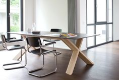 Nowoczesny stół X-Man. Oryginalna podstawa z drewna dębowego połączona z blatem wykonanym z hpl