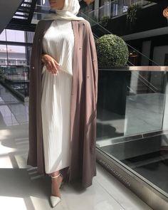 Tag an abaya lover 😍 Abaya Style, Hijab Style, Hijab Chic, Modesty Fashion, Abaya Fashion, Muslim Fashion, Fashion Outfits, Dress Fashion, Modest Dresses