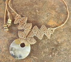 Collier en macramé fil de Tan de chrysanthème corail par neferknots
