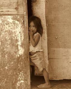 Espreito por uma porta... | Fotografia de Joana Coelho | Olhares.com