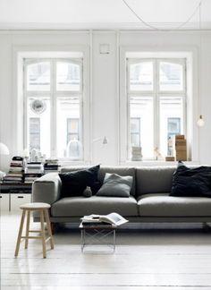 Gosto desse pé direito alto, janelas grandes e de madeira, desse ambiente clean e acolhedor