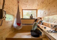 Seu interior é flexível, sem móveis convencionais. Ela consiste de uma combinação de superfícies e acessórios que podem ser combinados de acordo com a necessidade do grupo.