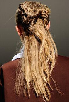 this looks simple enough but i'm sure easier said than DONE! Hair Styles 2014, Long Hair Styles, Angelo Seminara, Pelo Vintage, Undone Look, Runway Hair, Hair Arrange, Magic Hair, Messy Hairstyles