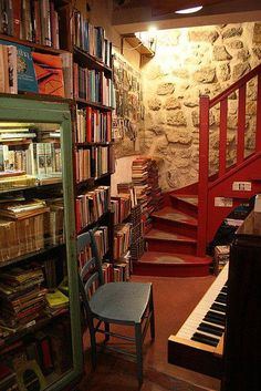 In 'Shakespeare and Company', Paris, Frankreich, Foto von alyssakai. Beautiful Library, Dream Library, Shakespeare And Company Paris, Home Libraries, Book Nooks, Dream Rooms, Reading Nook, Future House, Bookshelves