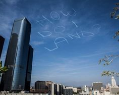 La richiesta daiuto scritta con i gas di scarico nel cielo sopra Los Angeles è ovviamente una burla. Lha organizzata Kurt Braunohler, comico di New York, attraverso la piattaforma  Kickstarter : Vi chiedo di donare soldi affinché possa ingaggiare un pilota per scrivere cose stu