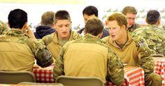 """26/jan/2013 - PRINCE HARRY - Imagem datada de 11 de dezembro de 2012 e divulgada neste sábado (26) mostra o príncipe Harry durante jantar com membros da tripulação, em Camp Bastion, sul ??do Afeganistão. O """"capitão do País de Gales"""", como é conhecido no exército, vem servindo como piloto artilheiro de helicópteros Apache, desde setembro de 2012. Ele agora está de volta ao Reino Unido. John Stillwell/EFE."""