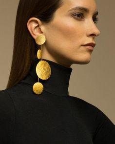 Brincos grandes estruturados: a moda que vai te fazer brilhar nos bloquinhos #GoldJewelleryFashion