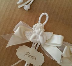Elegant placeholders with plaster angel and customized tag Wedding Cards, Wedding Favors, Wedding Gifts, Yarn Crafts, Diy And Crafts, First Communion Favors, Handmade Angels, Baby Baptism, Decoupage Vintage