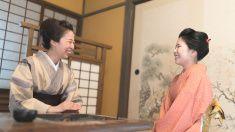 2 つの女性を見ている、お互いの笑顔 stock photo