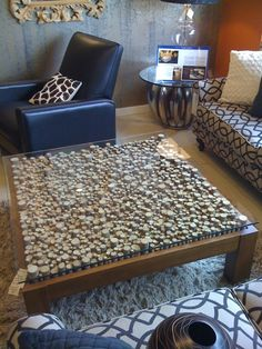 Coffee table upcycle with wine corks.would be totally cute for an end table (and much less time consuming!) ---TWIGS, MAYBE? Wine Cork Table, Wine Cork Art, Wine Cork Crafts, Glass Table, Wine Barrel Table, Coffee Table Upcycle, Cool Coffee Tables, Coffe Table, Dog Table