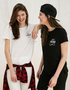 Shirt BSK 'Best Friend'. Ontdek dit en nog véel meer kledingstukken in Bershka met elke week nieuwe producten.