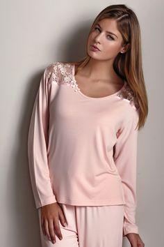 Włoska damska piżama PAOLA z włókna bambusowego firmy Luisa Moretti w ozdobnym opakowaniu. Lekka jak piórko, nawet nie poczujesz, że masz ją na sobie.