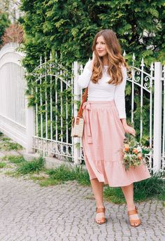 Summer Outfit: straw bag, cognac sandals, pink skirt and flowers