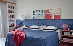 Como todo casal de jornalistas, os proprietários deste quarto de 17 m² têm livros que não acabam mais. Coube ao arquiteto Gustavo Calazans criar duas estantes para eles. Encaixadas nas laterais da janela, elas são um golaço do projeto, que tem cabeceira f