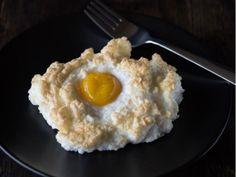 """Si creías que esos huevos estrellados que comes todas las mañanas es lo más ingenioso que has preparado, espérate a probar este increíble platillo que te alegrará al desayunar.Los denominados """"huevos nube"""", han saltado a la fama en redes sociales, principalmente en Instagram, donde ya cuentan con su propio hashtag(#cloudeggs), las cuales ya rebasan las 5 mil publicaciones."""
