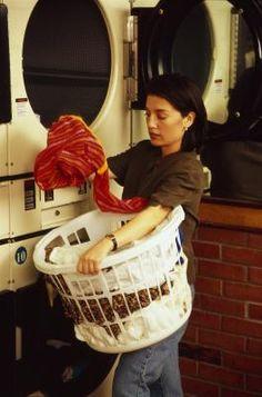 fijador del color para lavar la ropa | Antes del primer lavado, deja a remojo la ropa del mismo color en un recipiente que contenga vinagre blanco y asegúrate de que se empape todo el tejido.  Los beneficios de este tratamiento son múltiples: además de fijar permanentemente los colores, el vinagre suaviza las texturas, sobre todo en las prendas de algodón y, también permite que el detergente penetre profundamente en la máquina. Y no te preocupes por el olor, desaparecerá con el lavado.