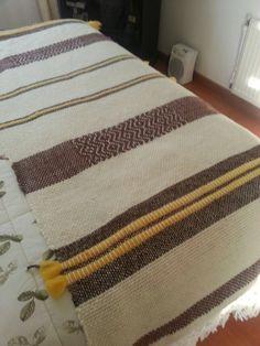 Piecera en Telar María de Lucrecia Bed Runner, Quilt Bedding, Tapestry Weaving, Rug Hooking, Beautiful Bags, Blanket, Pillows, Knitting, Crochet