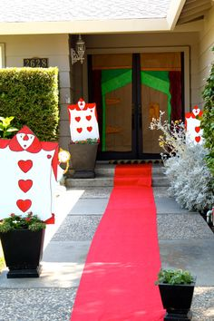love the red carpet entrance with figures