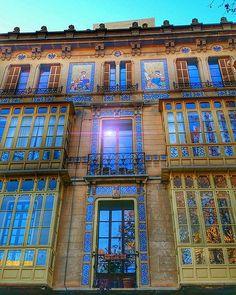 Si las ventanas hablaran... Edificio Can Barceló de 1902. … | Flickr