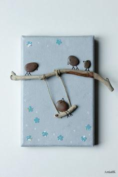 Un nouveau tableau avec les petits oiseaux galets sur une balançoire. Sur ce petit tableau la balançoire se trouve à gauche. Un oiseau s'amuse sur la balançoire sous l'œil - 18447867